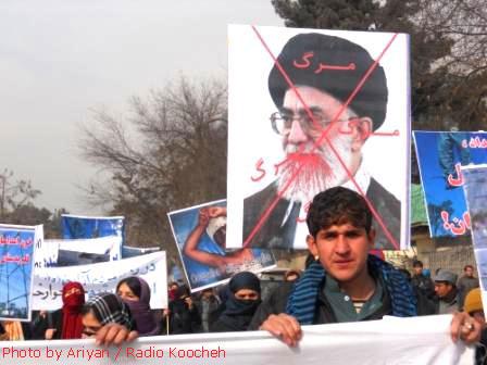 تصویر مبارک ولی امر مسلمین جهان بر دستان مسلمانان افغان!