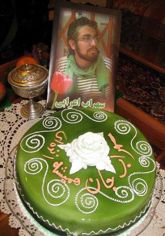 سهراب 21 ساله شد / کیک تولد مادرش برای او که همیشه زنده است