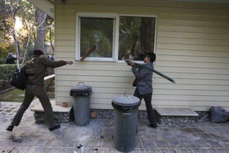 حمله دانشجونماهای بسیجی به سفارت انگلیس