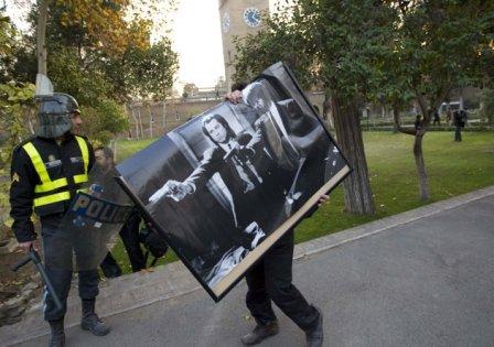 غارت اموال سفارت/ .. شدت عمل پلیس با اوباش بسیجی را ببینید!