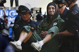 خبرهای ضرغام تی وی و کیهان تایید شد: خشونت بی حساب پلیس آمریکا با معترضان وال استریت!