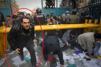 پاسدار کریم جلالی، یکی از فرماندهان میانی سپاه و عضو نیروی قدس پادگان مناجات در خط مقدم حمله به سفارت انگلیس