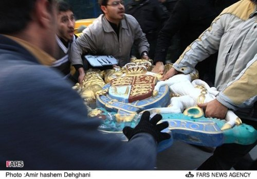 تصاویر تاسف بار از حمله دانشجونماهای بسیجی سفارت انگلیس!